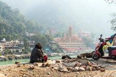 den fattiga mannen sitter på bankerna av Gangeset River fotografering för bildbyråer