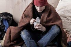 Den fattiga mannen som äter på gatan Fotografering för Bildbyråer
