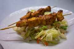 Den fega currysteknålen tjänade som på överkanten av grönsaksallad som gjordes från grönsallat och annan Arkivfoton
