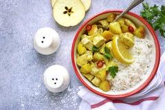 Den fega filén som läts småkoka med röda äpplen och curry, tjänade som med böld Royaltyfria Foton