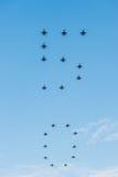 Den femtionde årsdagen av Singapore 50 år repetition för nationell dag, kämpebildande flög över staden arkivbild