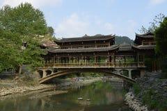 Den Fengyu broVind-regn bron i Xijiang Qianhu Miao Village Royaltyfri Fotografi