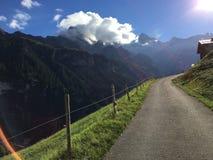 Den fenomenala sikten av fjällängarna spänner från Gimmelwald, Schweiz Arkivbilder