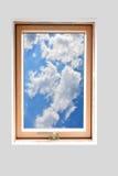 Den Fensterrahmen heraus schauen Stockbild