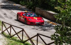 Den FERRARI 430 SCUDERIA SPINDELN 2004 en gammal tävlings- bil samlar in Mille Miglia 2017 det berömda italienareHet Arkivfoton