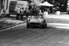 Den FERRARI 500 TR SPINDELN SCAGLIETTI 1956 på en gammal tävlings- bil samlar in Mille Miglia 2017 Arkivfoto