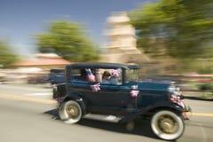 Den festliga dekorerade antika bilen gör dess nedgång den huvudsakliga gatan under en fjärdedel av Juli att ståta i Ojai, CA Arkivfoton