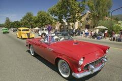 Den festliga dekorerade tappningbilen gör dess nedgång den huvudsakliga gatan under en fjärdedel av Juli att ståta i Ojai, CA Royaltyfri Fotografi