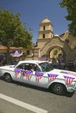 Den festliga dekorerade tappningbilen gör dess nedgång den huvudsakliga gatan under en fjärdedel av Juli att ståta i Ojai, CA Royaltyfri Bild