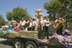 Den festliga flötet med sjungande Mariachis gör dess nedgång den huvudsakliga gatan under en fjärdedel av Juli att ståta i Ojai,  Royaltyfria Bilder