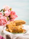 Den festliga frukosten blommar bownies för jordnötsmör på pastell Royaltyfri Bild