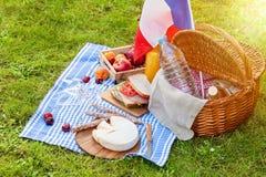 Den festliga picknicken för den nationella ferien av Frankrike 14 Juli med franska sjunker Arkivfoton