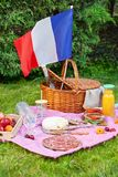 Den festliga picknicken för den nationella ferien av Frankrike 14 Juli med franska sjunker Arkivfoto