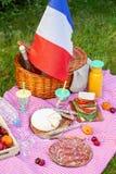 Den festliga picknicken för den nationella ferien av Frankrike 14 Juli med franska sjunker Royaltyfri Bild