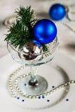 Den festliga tabellen som dekoreras med jul, klumpa ihop sig och pryder med pärlor Arkivfoton
