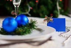 Den festliga tabellen som dekoreras med jul, klumpa ihop sig och pryder med pärlor Arkivbild
