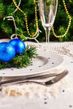 Den festliga tabellen som dekoreras med jul, klumpa ihop sig och pryder med pärlor Royaltyfria Foton