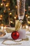 Den festliga tabellen som dekoreras med jul, klumpa ihop sig och pryder med pärlor Royaltyfri Bild