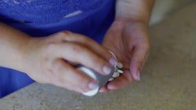 Den feta flickan häller preventivpilleren in i hennes hand stock video