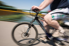 Den feta mannen rider en cykel Royaltyfria Bilder