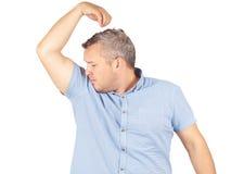 Den feta mannen som luktar sniffa hans armhåla, något stinker bad Royaltyfri Bild
