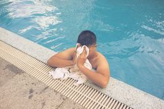 Den feta mannen tar ett avbrott, når han har simmat fotografering för bildbyråer