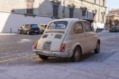 Den Fiat 500 bilen Royaltyfri Fotografi