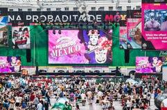 Den FIFA världscupen 2018 Ett nationellt hus för mexikan fläktar i Gostiny Dvor Beröm av dagen av dödaen Stora fotbollbollar I royaltyfri foto