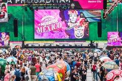 Den FIFA världscupen 2018 Ett nationellt hus för mexikan fläktar i Gostiny Dvor Beröm av dagen av dödaen Stora fotbollbollar I royaltyfria foton