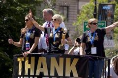 Den FIFA världscupen kämpar för laget för fotboll för USA-kvinnor det nationella som ticker-bandet ståtar Arkivfoto