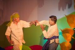 Den Figthing dansaren utför traditionellt klassiskt thailändskt nordligt 'slåss dans ', royaltyfri foto