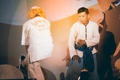 Den Figthing dansaren utför traditionellt klassiskt thailändskt nordligt 'slåss dans ', arkivfoto