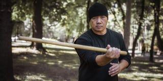 Den filippinska kampsportinstruktören visar att slåss för pinne som är tekniskt Arkivbilder