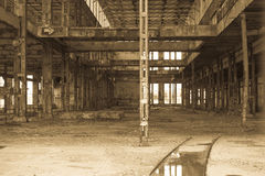 Den filtrerade Abandoned vandaliserade fabriken fördärvar inom Royaltyfri Fotografi