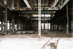 Den filtrerade Abandoned vandaliserade fabriken fördärvar inom Royaltyfri Foto