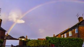 Den fina regnbågen över det röda taket sken med solen Royaltyfri Fotografi