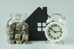 Den finansiella besparingen eller intecknar begrepp med bunten av mynt och coi fotografering för bildbyråer