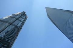 Den finansiella Shanghai världen centrerar, och jinmaoen står hög Royaltyfri Bild