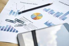 Den finansiella statistiken graph skrivbordsarbeteattrappen för affärsarbetsplats äganderätt för home tangent för affärsidé som g arkivbilder