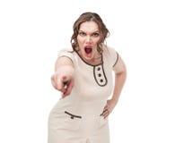 Den Finger zeigende und schreiende Plusgrößenfrau Stockfoto