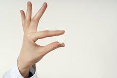 In den Fingern der Pille Stockbild