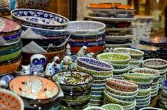 Den fint dekorerade keramiska bunken staplade till salu på marknaden Royaltyfria Bilder