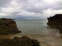 Den Fintra stranden vaggar arkivbild