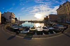 Den Fisheye sikten av fartyg, blå himmel och solreflexionen på Piran härbärgerar, Istria Royaltyfri Bild