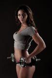 den fit flickan ut weights att fungera Royaltyfri Bild