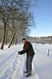 den fit hållande pensionären kastar snöboll att kasta Royaltyfria Foton