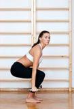 den fit konditionen poserar kvinnan Arkivbild