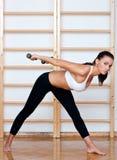 den fit konditionen poserar kvinnan Arkivbilder