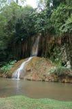 Den flög vattenfallet vaggar igenom Royaltyfri Bild