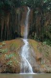 Den flög vattenfallet vaggar igenom Royaltyfri Foto